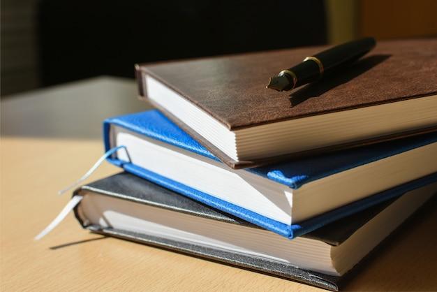 Ordinateur portable sur la couverture du bureau et stylo