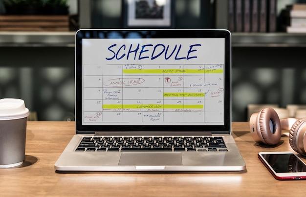 Ordinateur portable dans un espace de coworking avec horaire