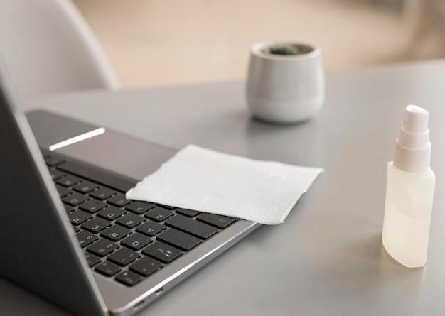 Ordinateur portable avec désinfectant au bureau