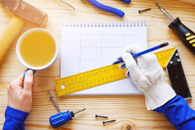 Ordinateur portable avec des dessins et des outils de construction pour la réparation
