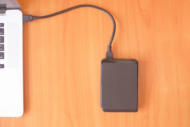 Ordinateur portable avec un disque dur portable pour sauvegarder vos données