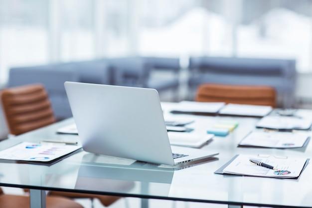 Ordinateur portable et documents sur le bureau dans le département de comptabilité de l'entreprise.