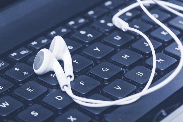Ordinateur portable avec écouteurs