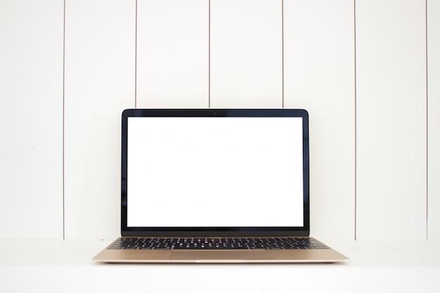 Ordinateur portable avec écran blanc sur bois