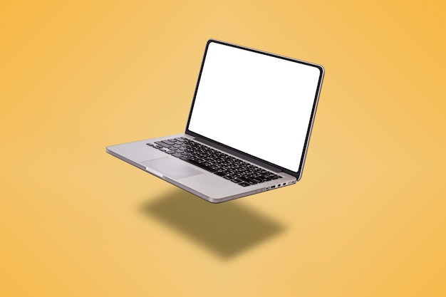 Ordinateur portable avec écran blanc isolé sur fond jaune