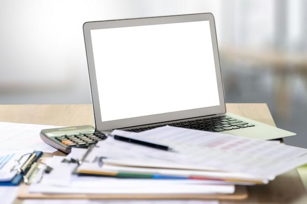 Ordinateur portable avec écran blanc sur table. arrière-plan de l'espace de travail nouveau projet sur ordinateur portable avec écran d'espace copie vierge pour votre message texte publicitaire