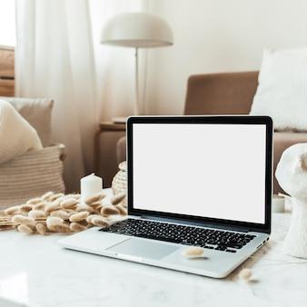 Ordinateur portable à écran blanc sur table en marbre. composition de design d'intérieur. concept de travail à la maison pour les médias sociaux, site web, blog.
