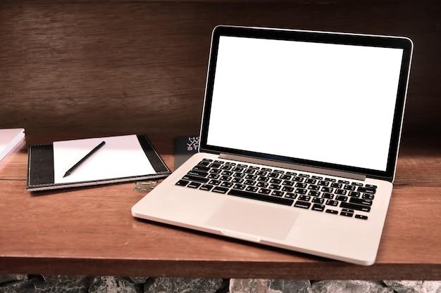 Ordinateur portable avec un écran blanc sur la table.