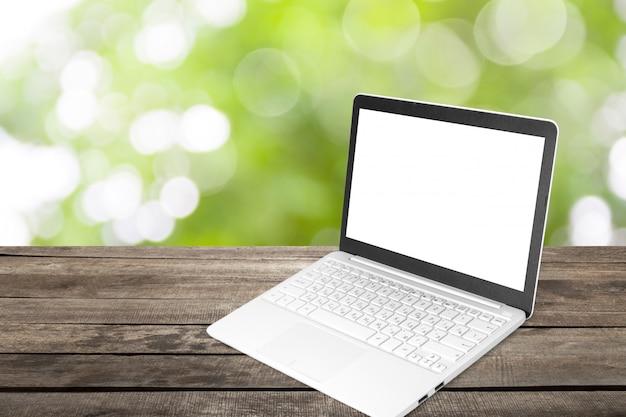 Ordinateur portable avec écran blanc sur table