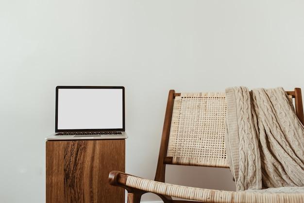 Ordinateur portable avec écran d'espace de copie de maquette vierge