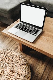 Ordinateur portable avec écran de maquette vierge sur une table en bois massif. concept de design d'intérieur nordique scandinave minimal moderne. modèle de blog.