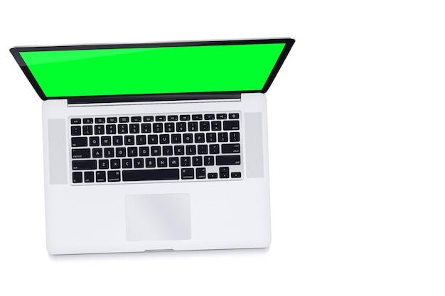 Ordinateur portable écran vert sur fond blanc. clé chroma. vue de dessus.