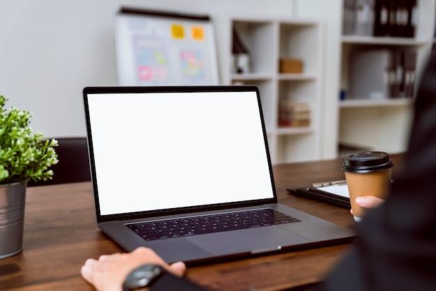 Ordinateur portable un écran vide sur la table pour mettre sur une publicité informatique.