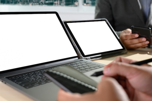 Ordinateur portable avec un écran vide sur la table