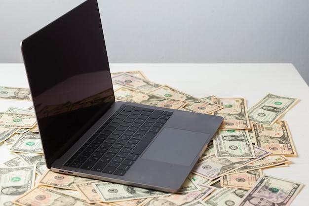 L'ordinateur portable est en dollars