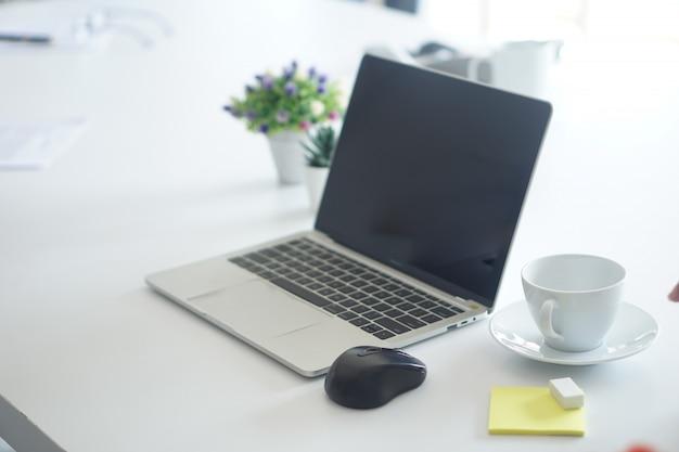 L'ordinateur portable est un outil important pour les affaires en ligne