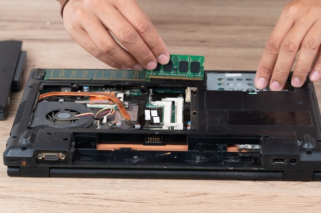 L'ordinateur portable a été démonté pour réparer l'équipement interne.