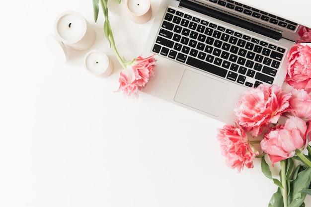 Ordinateur portable, fleurs de tulipes pivoine rose sur tableau blanc