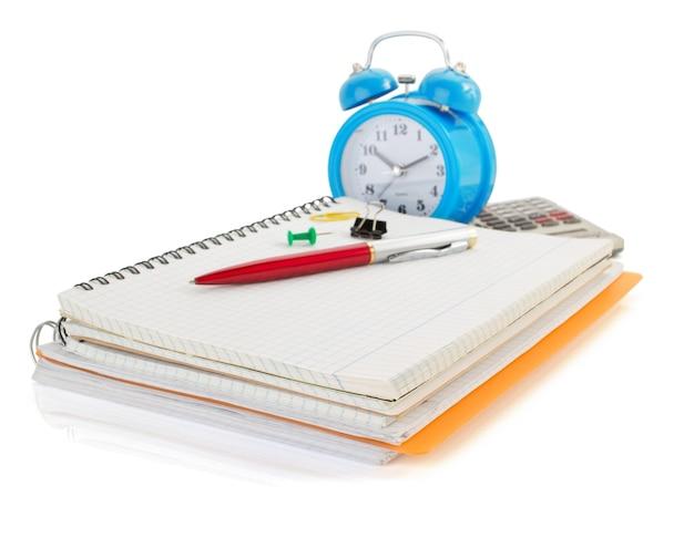 Ordinateur portable et fournitures scolaires isolés sur fond blanc