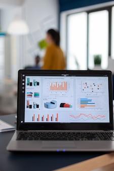 Ordinateur portable avec graphiques marketing, analyses de graphiques dans une entreprise en démarrage
