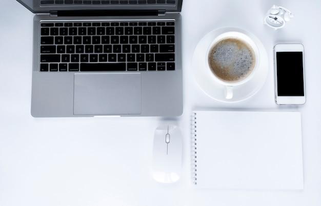 Ordinateur portable gris avec des éléments de bureau