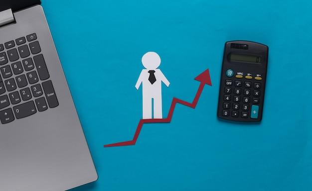 Ordinateur portable, homme d'affaires en papier sur la flèche de croissance avec calculatrice. bleu. symbole de réussite financière et sociale, escalier vers le progrès