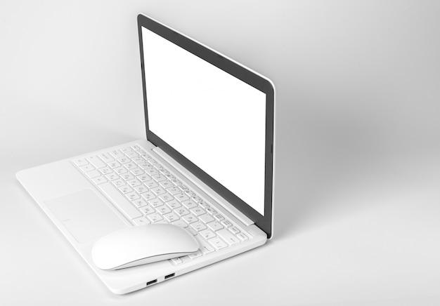 Ordinateur portable isolé sur blanc