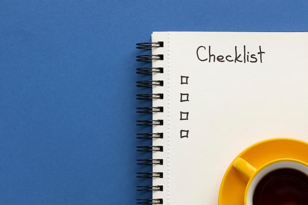 Ordinateur portable avec liste de tâches sur le bureau avec une tasse de café à côté