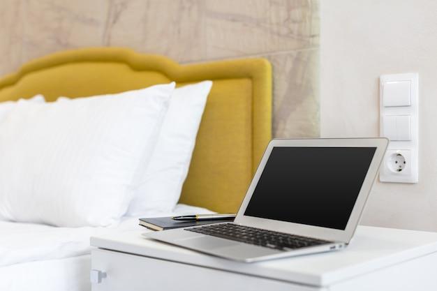 Ordinateur portable sur le lit