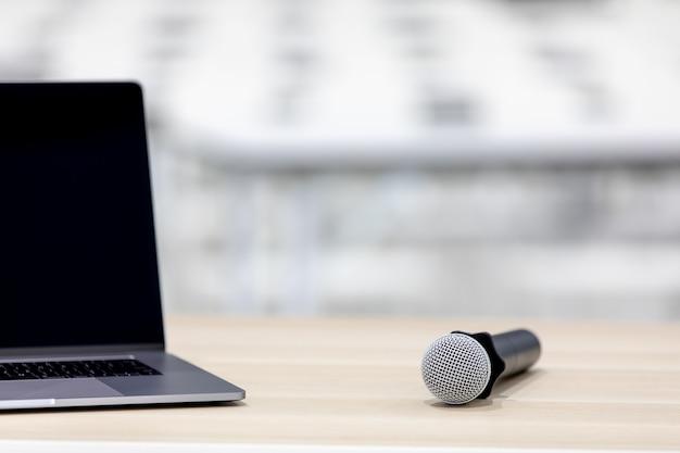 Ordinateur portable et microphone dans la salle de réunion