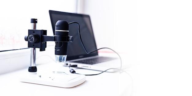 Un ordinateur portable et un microscope microscope informatique microscope manuel science l'avenir forens