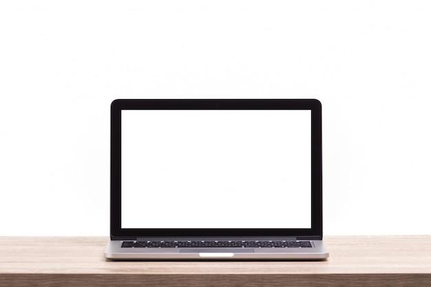 Ordinateur portable moderne sur une table en bois .. écran vide pour le montage d'affichage graphique
