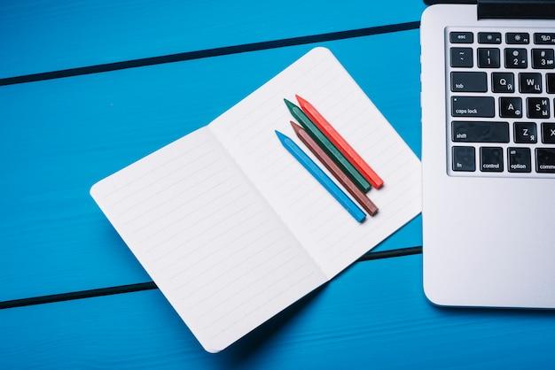 Ordinateur portable et ordinateur portable sur le bureau bleu