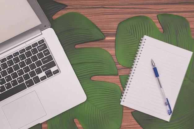 Ordinateur portable et ordinateur portable sur le bureau