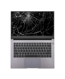 Ordinateur portable ouvert avec un écran cassé et fissuré isolé sur fond blanc vue de dessus en gros plan