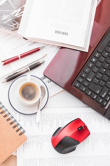 Ordinateur portable et papeterie près de café frais