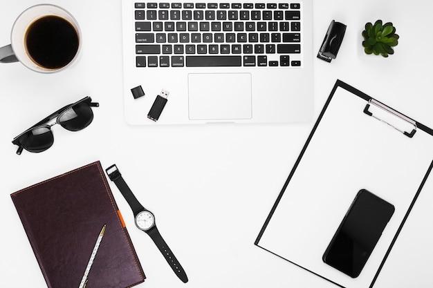 Ordinateur portable avec presse-papiers sur table