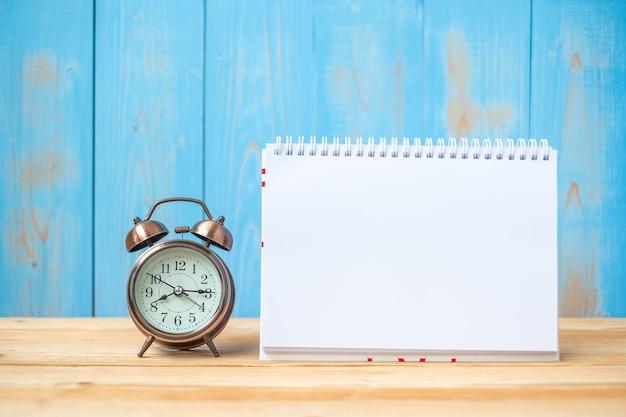 Ordinateur portable et réveil rétro sur la table et l'espace de la copie. objectifs, mission et nouveau concept de départ