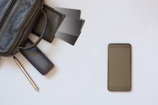 Ordinateur portable sac à bandoulière, mobile, cahier, stylo et accessoires pour les entreprises sur bleu.