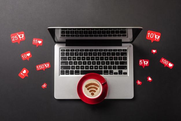 Ordinateur portable, smartphone, tasse à café et tableaux de commentaires avec un espace pour votre lettrage sur votre bureau. vue d'en-haut. photo de haute qualité