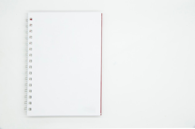 Ordinateur portable avec spirale isolé sur fond blanc.