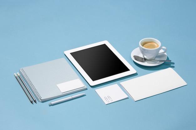 Ordinateur portable, stylos, téléphone, note avec écran vide sur table