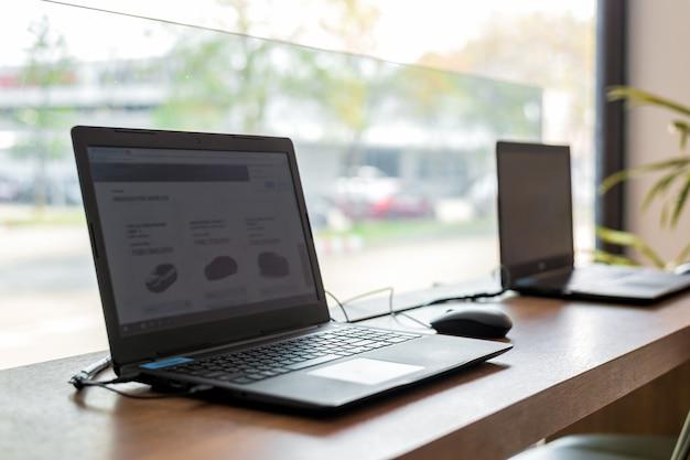Ordinateur portable sur une table en bois au bureau