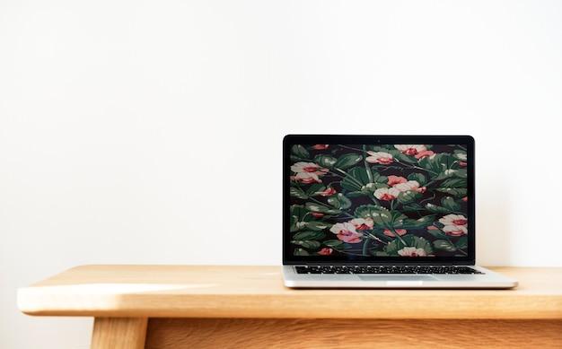 Ordinateur portable sur une table en bois