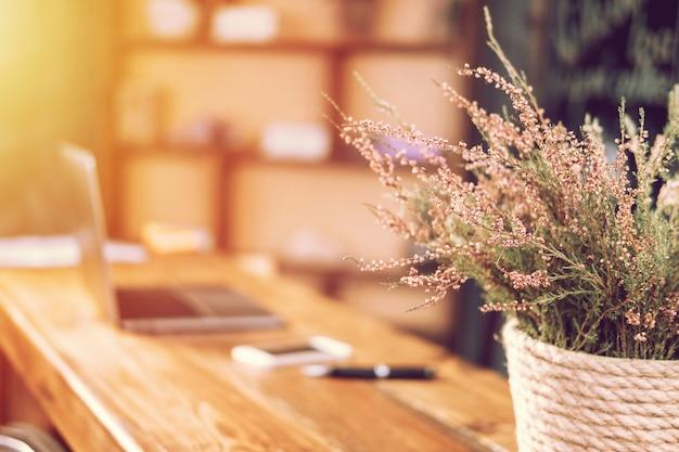 Ordinateur portable table coucher de soleil fleurs