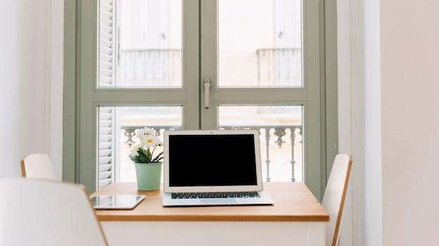 Ordinateur portable sur la table dans une chambre élégante