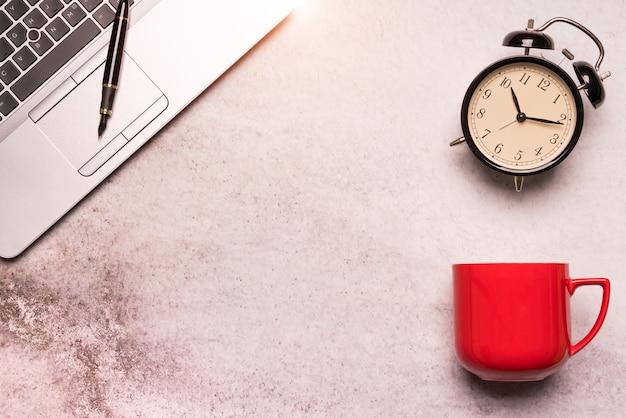Ordinateur portable sur la table de travail plat poser la vue de dessus de composition