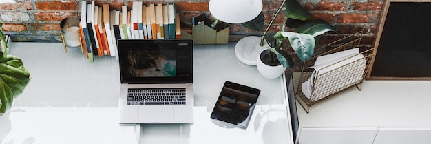 Ordinateur portable et tablette dans un bureau à domicile