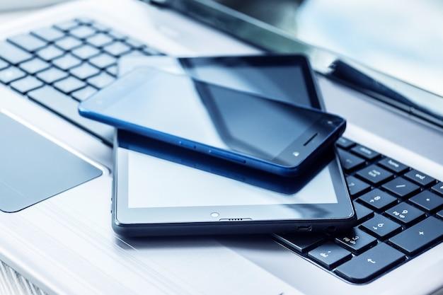 Ordinateur portable avec tablette et smartphone