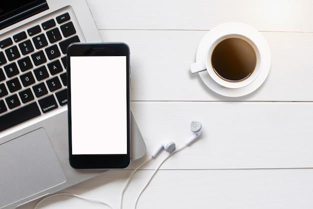 Ordinateur portable tablette vue de dessus smartphone sur bois de fond